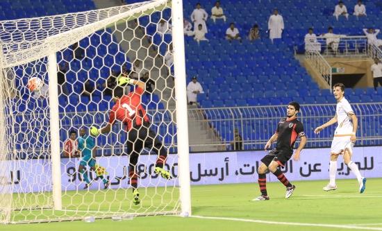الشباب ينجو من مفاجأة الرياض